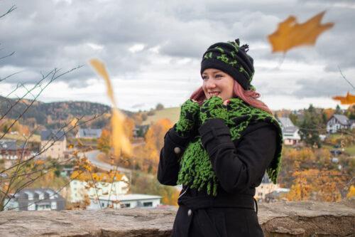 Mütze, Schal und Stulpen schwarz grün