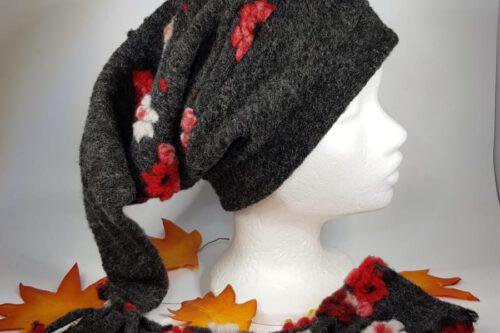 Zipfelmütze dunkelgrau m. roten Blumen und Quaste