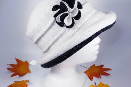 Hut mit Krempe weiß-schwarz