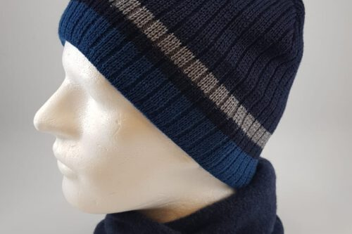 blaue Strickmütze mit Schal