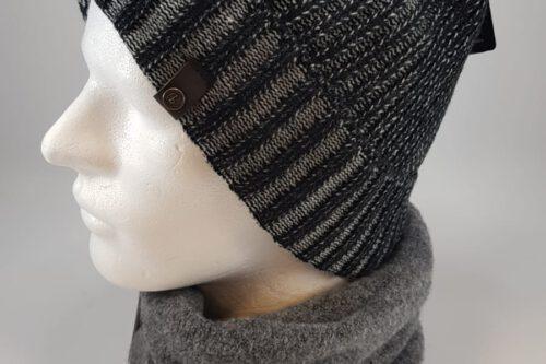 dunkelgraue Strickmütze mit Schal