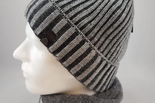 graue Strickmütze mit Schal