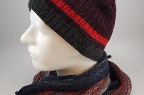 rotschwarze Strickmütze mit Schal