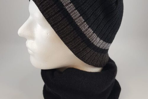 schwarze Strickmütze mit Schal